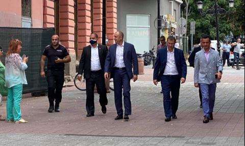 Румен Радев: Премиерът е давал поръчки за милиарди на