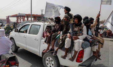 Талибаните стреляха по хора, които са развявали афганистанския национален флаг - 1
