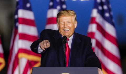Тръмп опипал манекенка пред тоалетна