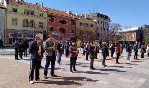 За втори пореден ден граждани протестираха пред Община Сливен