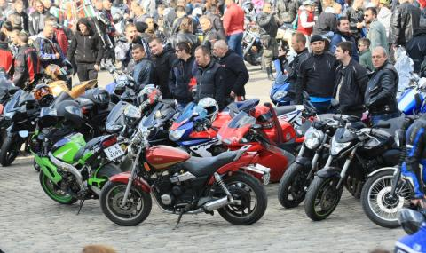 Масово нощно каране на мотори събира хиляди мотористи в София
