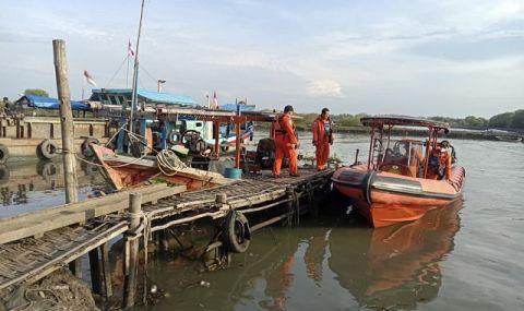 17 изчезнаха след корабокрушение в Индонезия