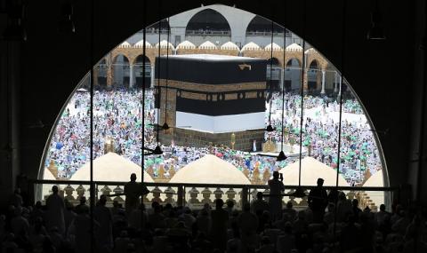 Милиони мюсюлмани се стичат в Мека (СНИМКИ)