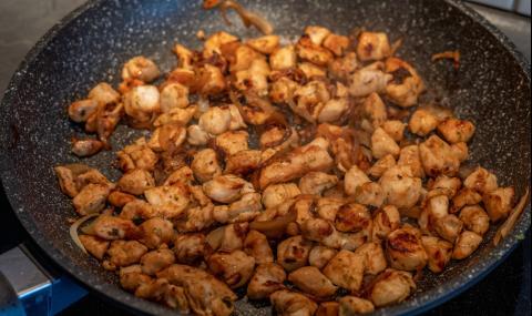 Рецепта на деня: Пилешки късчета на тиган с лук и соев сос
