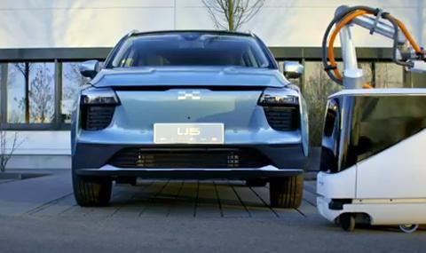 Китайците измислиха робот за зареждане на електрически автомобили (ВИДЕО)