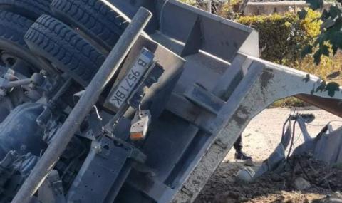 Шофьорът на падналия от Аспарухов мост камион е загинал на място