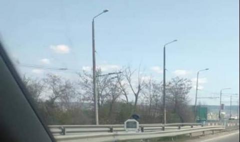 Скриха тринога камера зад паметна плоча на Аспаруховия мост