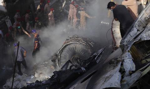 Извадиха живо бебе от жестоката катастрофа в Пакистан