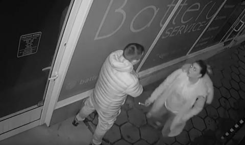 Момиче с нелепа вандалска проява в София (ВИДЕО)