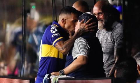 Марадона и Тевес се целунаха уста в уста заради...