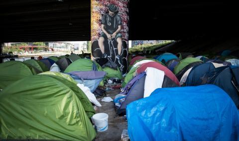 Евакуират мигрантски лагер край Париж