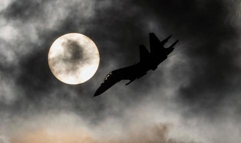 """Руски Су-27 """"показаха правилния път"""" на белгийски F-16 (ВИДЕО)"""