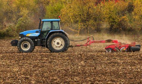Мъж бере душа след преобръщане с трактор - 1