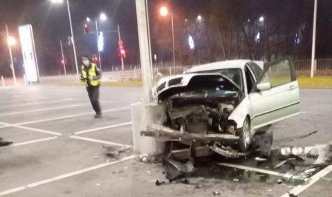 Хлапак катастрофира след среднощен дрифт на паркинг във Варна