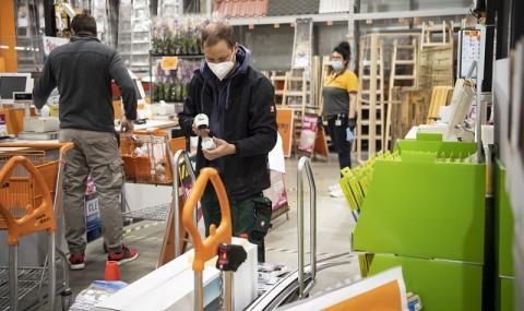 Германия отваря по-малки магазини и някои училища