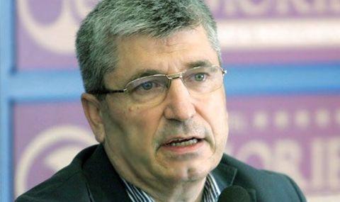 Илиян Василев: Манолова удари точно, затова искат оставката й