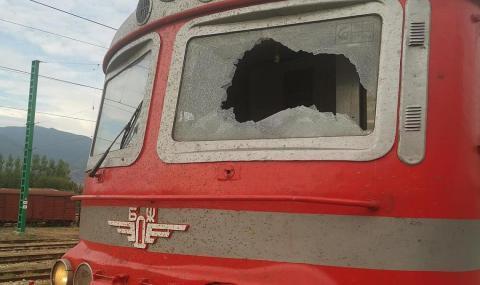 Машинистът на влака с разбито стъкло: Като на война сме