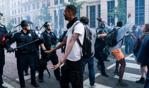 Протестиращи наблюдавани от военни хеликоптери във Вашингтон