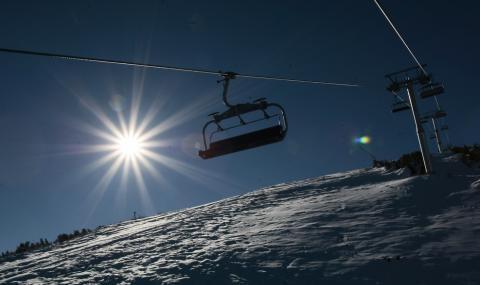 Издирват туристи и спасители от планински курорти