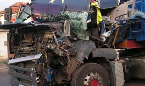 Челен сблъсък между два камиона в Русенско, има пострадал