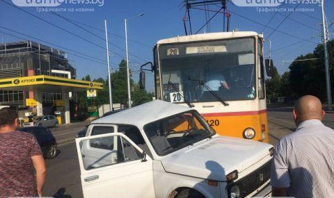 Трамвай блъсна джип (СНИМКИ)