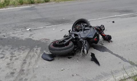 Борят се за живота на мотоциклетист, катастрофирал в паркиран микробус в Петричко