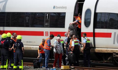 Мъж бутна майка и дете пред влак в Германия