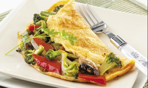Рецепта за вечеря: Пухкав омлет с броколи и сирене