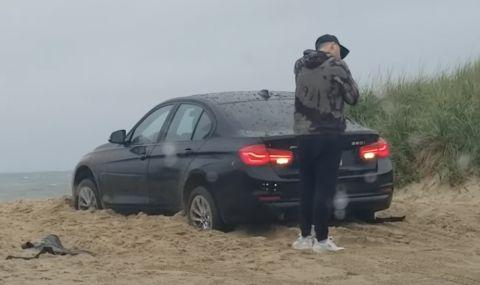 Мъж остана заключен извън колата си докато тя върти гуми в пясъка (ВИДЕО)