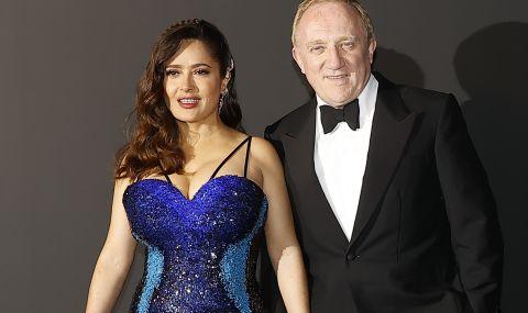 Салма Хайек едва събра пищния си бюст в официална рокля (СНИМКИ)