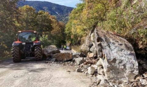 15-тонна скала се стовари на пътя за Рилския манастир