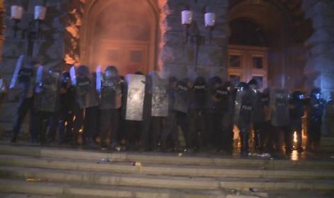 Високо напрежение! Протестиращи се опитаха да влязат в бившия Партиен дом (ВИДЕО)