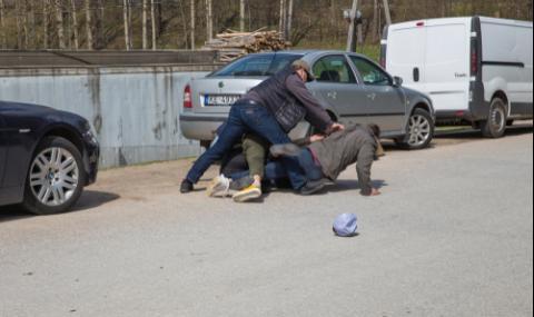 Трима биха мъж, взеха му колата и чанта с много пари