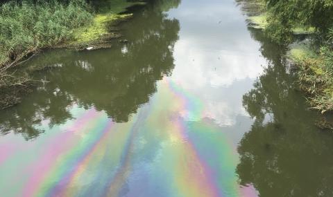 Глобяват мандра за замърсяване на река