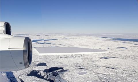 Най-големият айсберг в света пътува към открития океан (СНИМКИ)