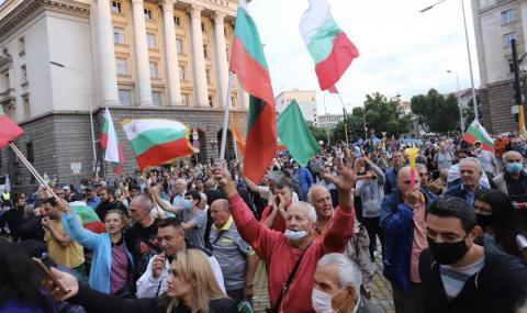 Протестиращите се поклониха пред ковчега на Борисовата диктатура