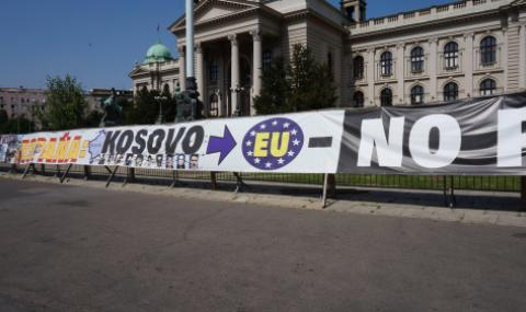 Искат оставката на правителството в Косово
