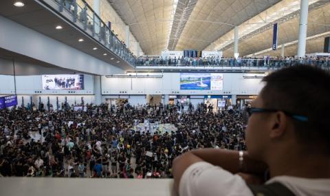 Протестиращи блокираха летището в Хонконг