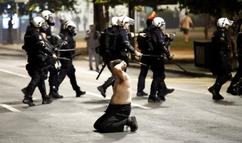 Протестиращи нахлуха в сръбския парламент заради новия полицейски час