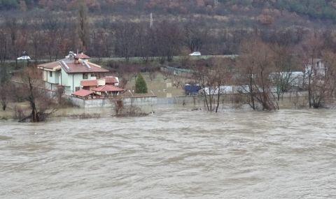 Прелялата Струма наводни къщи в Благоевград