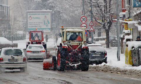 Тийнейджър потроши три паркирани автомобила в Пловдив с колата на баща си