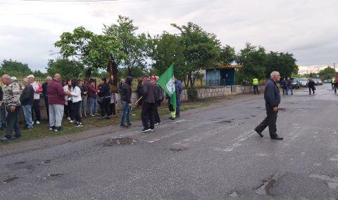 Протестите в Обручище дадоха резултат – утре започва ремонт на пътя
