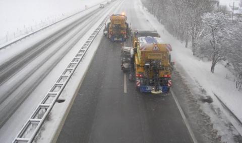 Над 130 специализирани машини чистят снега в София - 1