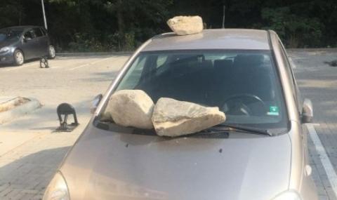 Война за паркомясто: Камъни се стовариха върху кола