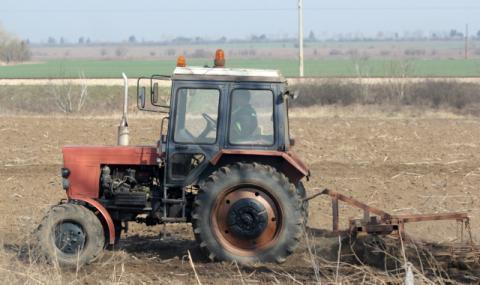 Трактор премаза жена в Бургаско