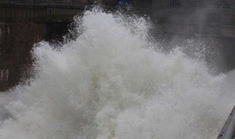 Изпускат контролирано водата от три язовира