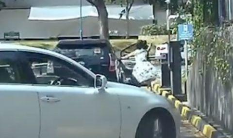 """Toyota """"избяга"""" от собственичката си, мина през бариера и се блъсна в друга кола (ВИДЕО)"""