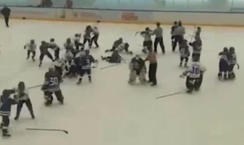 11-годишни хокеисти си спретнаха меле (ВИДЕО)