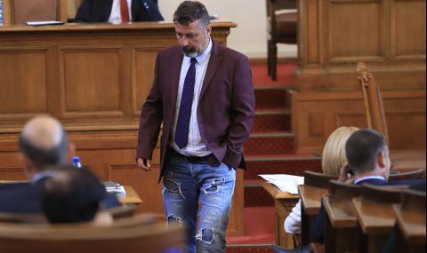 Филип Станев от ИТН се яви със скъсани дънки в парламента, получи забележка - 1