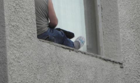 Полицай спаси мъж във Велико Търново, хващайки го преди да скочи от 4-ия етаж